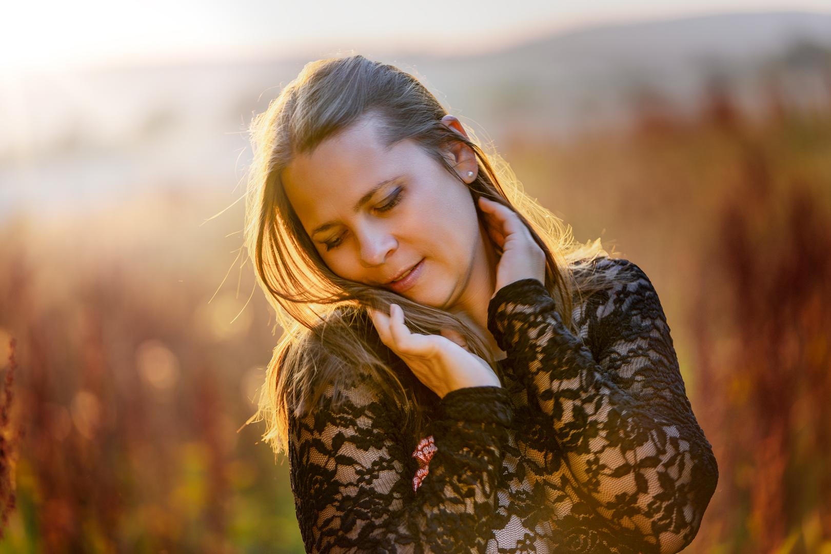 Fotoshooting frau im Sonnenuntergang