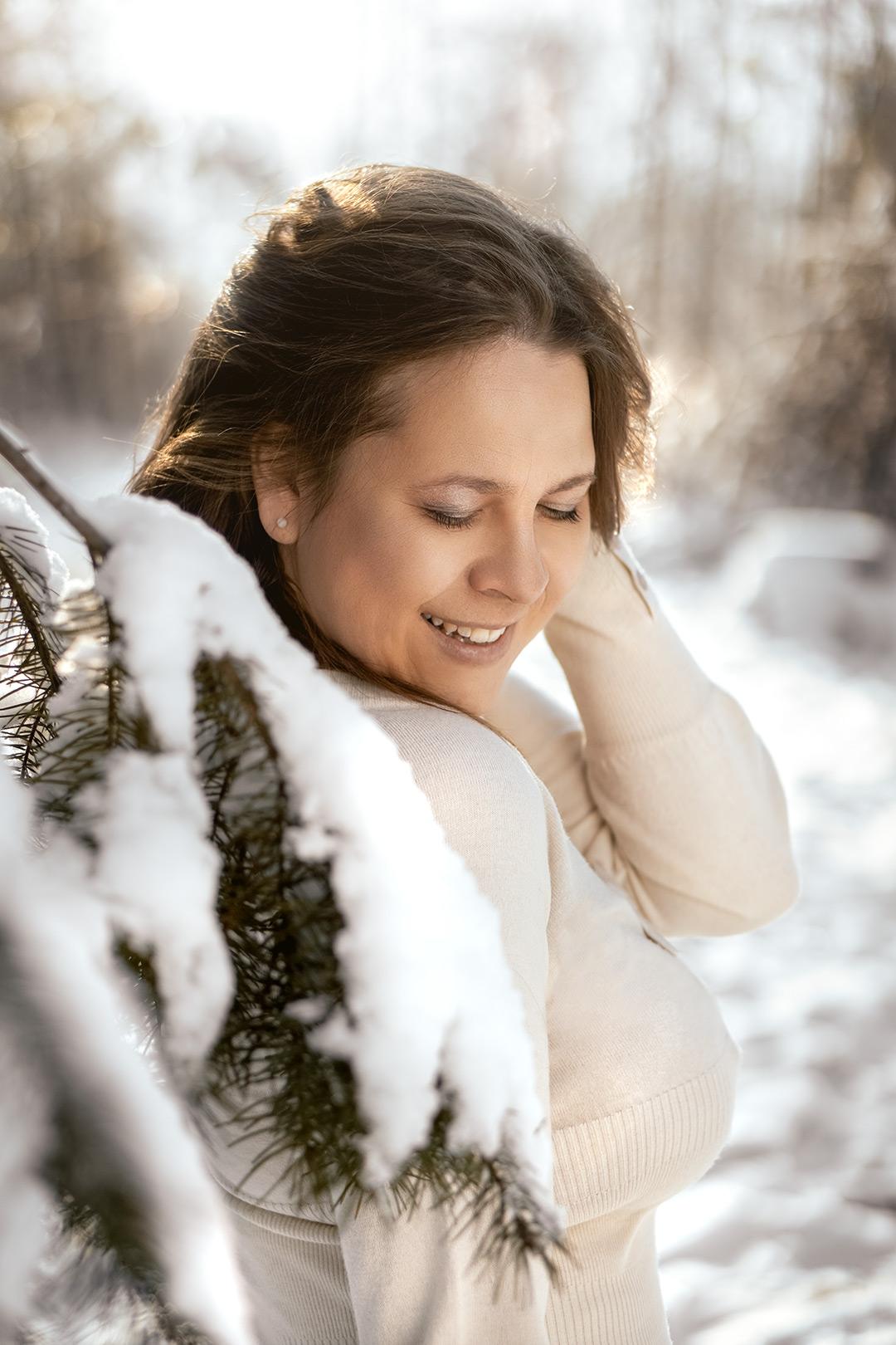 winter fotoshooting Frau in Weißen Kleid im Schnee