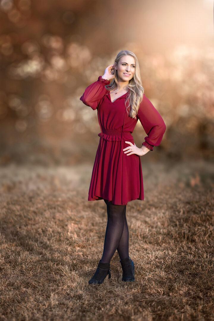 Frau im roten Kleid in Herbstlicher Umgebung