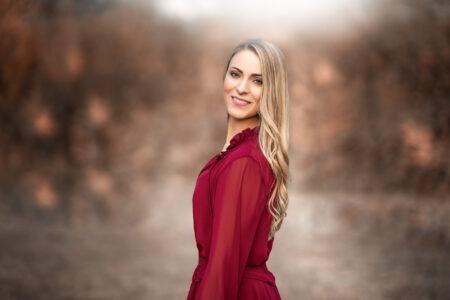 Frau im roten Kleid in Herbstlicher Umgebung bei Co