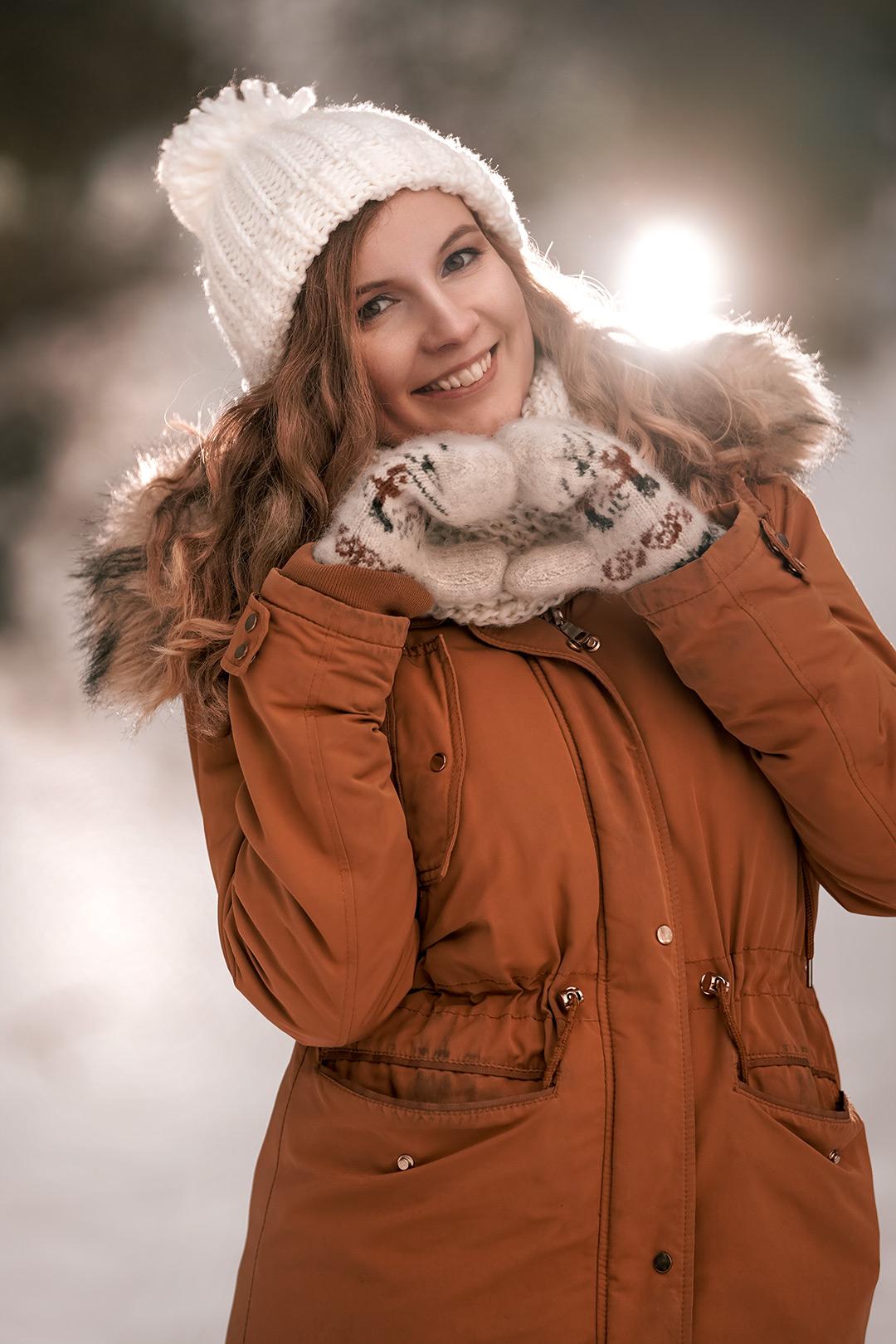 Winter Fotoshooting Mädchen mit weißer Mütze und mit brauner Jacke