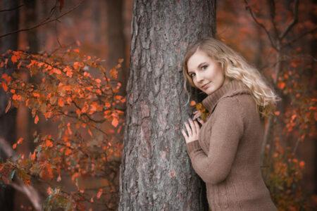 Portrait Mädchen im Herbstwald am Baum bei Bamberg