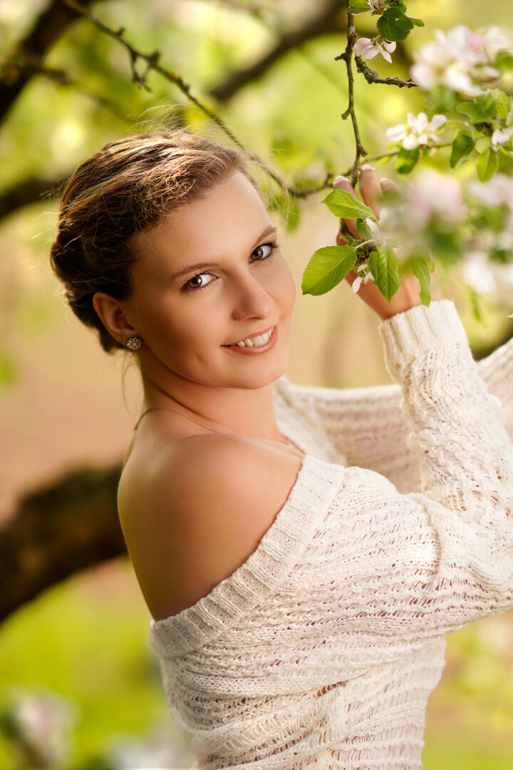 Frau mit weißen Blüten im Frühling