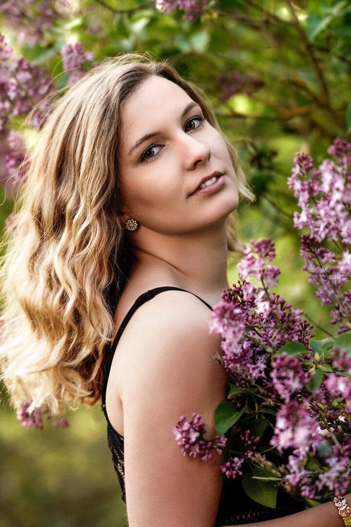 Frau mit Flieder-Blüten im Frühling