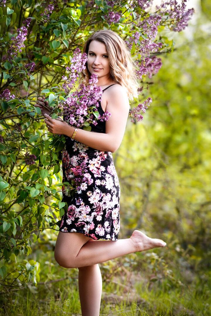 Frau mit Flieder Blüten im Frühling