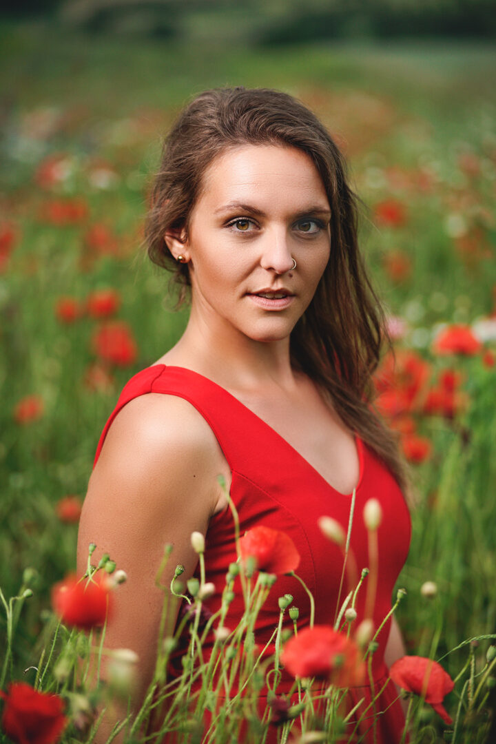 Portraitshooting im roten Kleid mit Mohnblumen