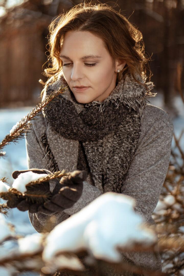 winter fotoshooting eine Frau im Schnee