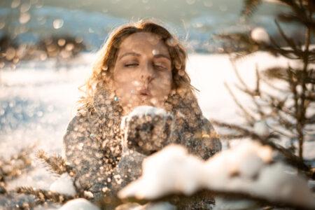 winter fotoshooting eine Frau im bläst Schnee